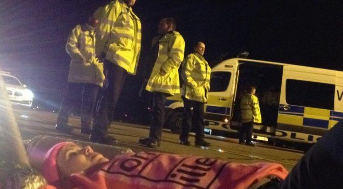 Wielka Brytania / #Stansted15: Aktywist.k.om anty-deportacyjnym postawiono zarzuty terrorystyczne za blokadę samolotu deportacyjnego