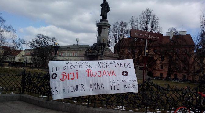 Warszawa: baner upamiętniający poległe bojowniczki YPJ
